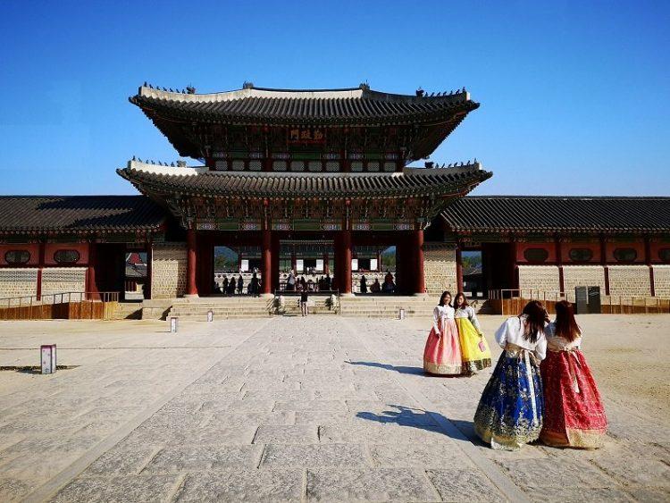 jeune fille coréeene devant un temple