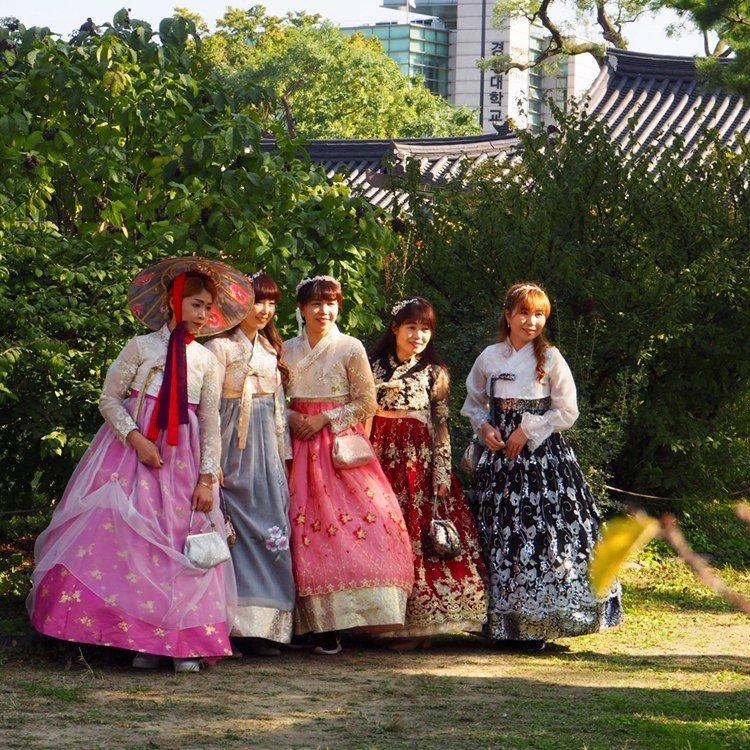 jeunes filles en costume traditionel