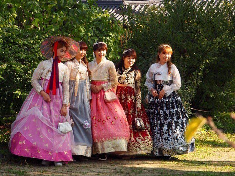 jeunes filles en costume traditionnel