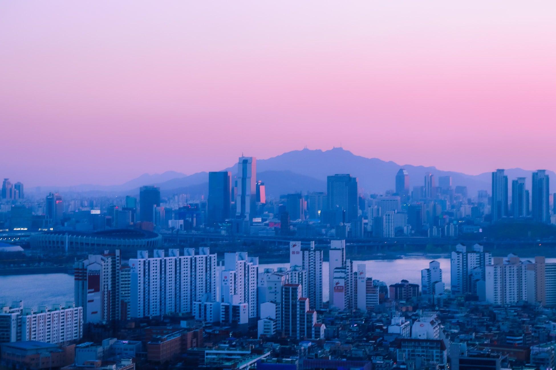 vue sur la ville au coucher du soleil voyage en famille