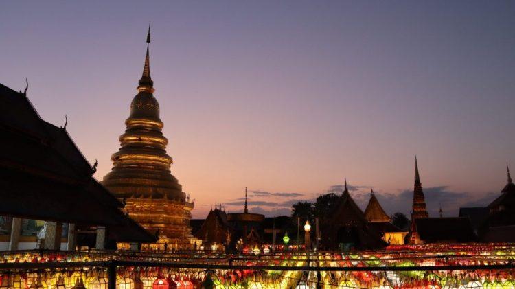 lampions illuminés devant un temple