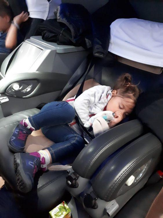 enfant qui dors dans un bus
