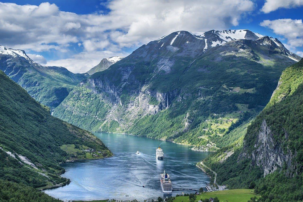 lac au pied d'une montagne en norvège