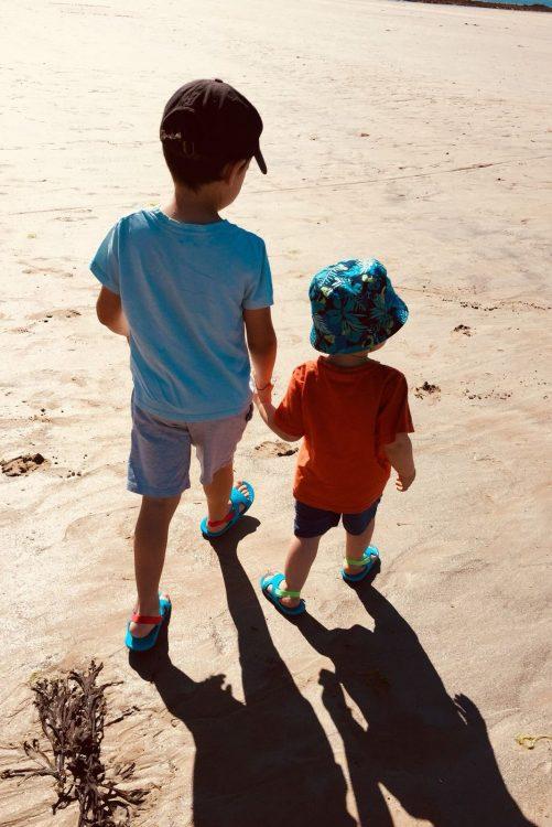enfants sur la plage en guadeloupe