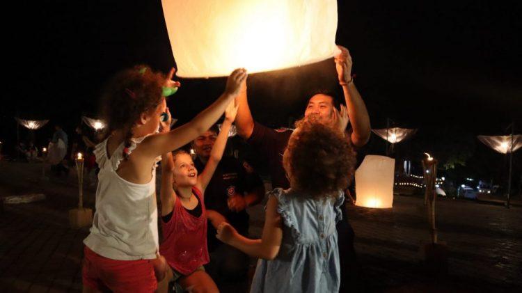 enfant lacher lanterne thailande