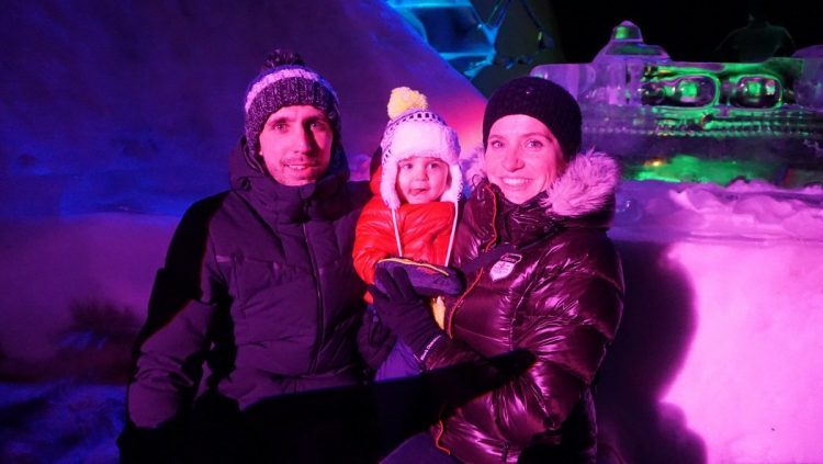 famille dans un bar de glace