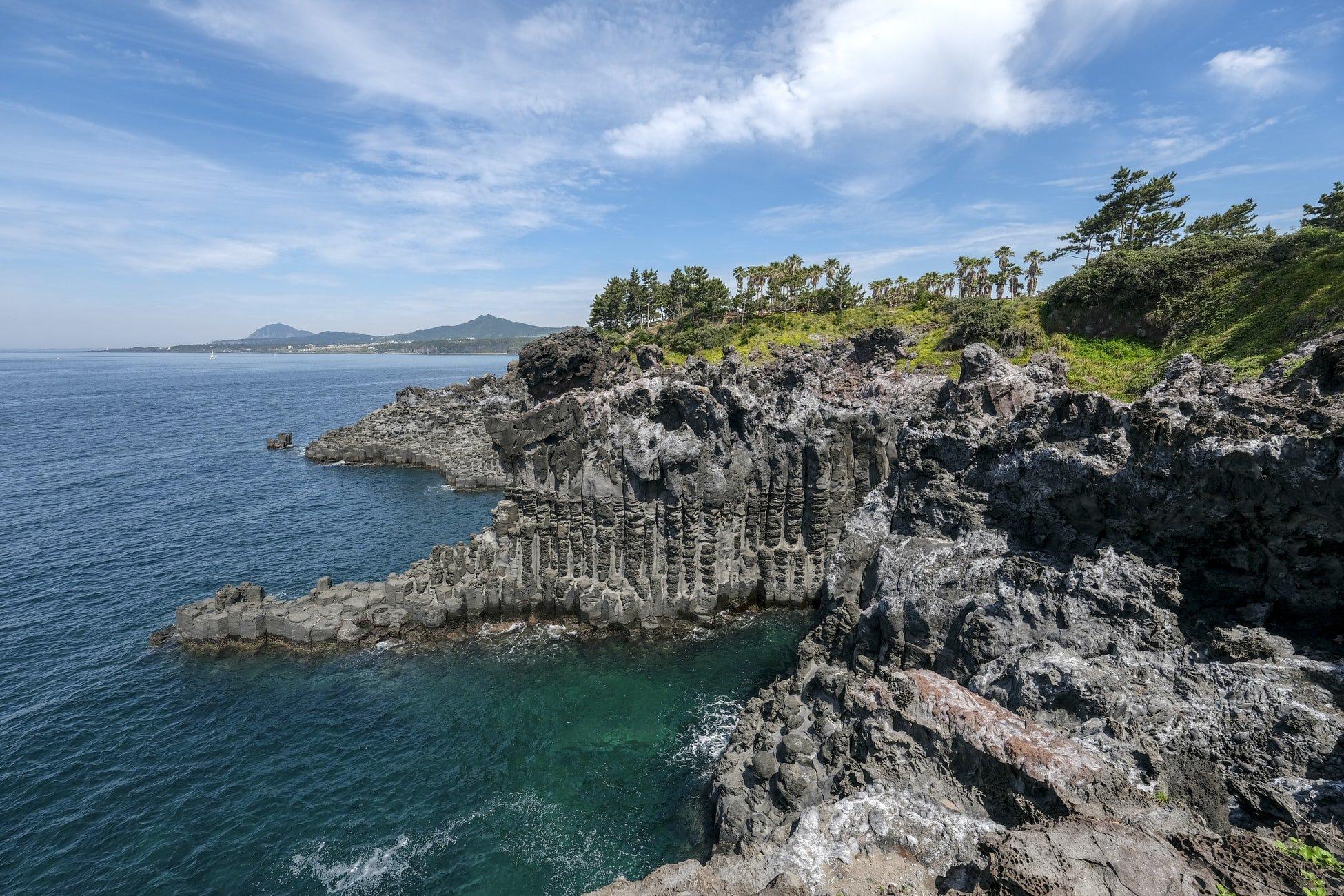 falaise au bord de la mer voyage en corée du sud