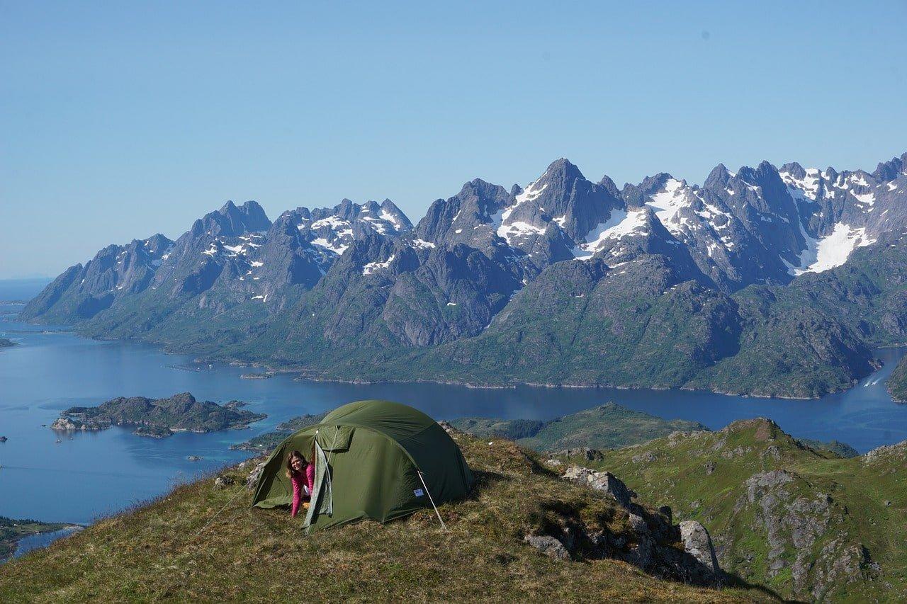 planter sa tente dans la montagne