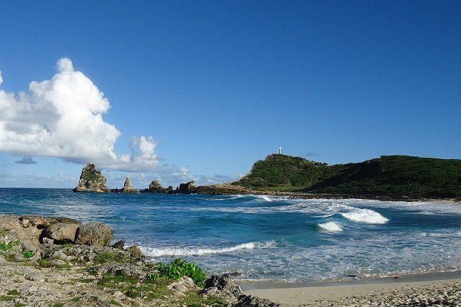 rocher au milieu de la mer des caraïbes