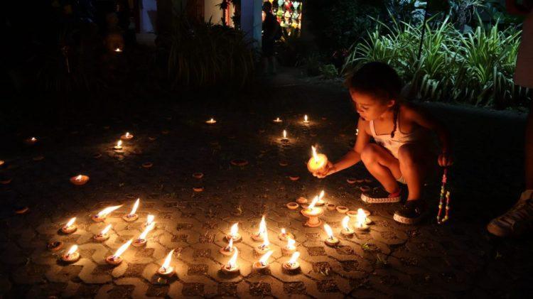 enfant qui allume des bougies