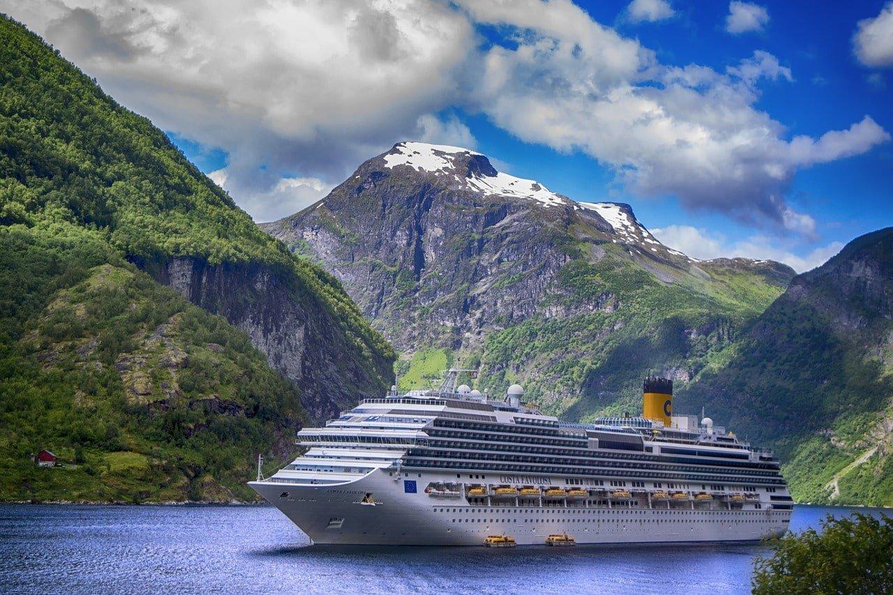 ferry sur un lac entre les montagnes
