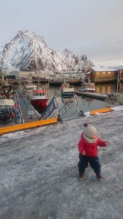 enfant qui marche sur la glace