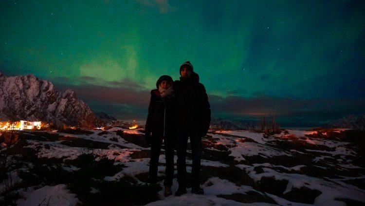 famille devant une aurore boréale