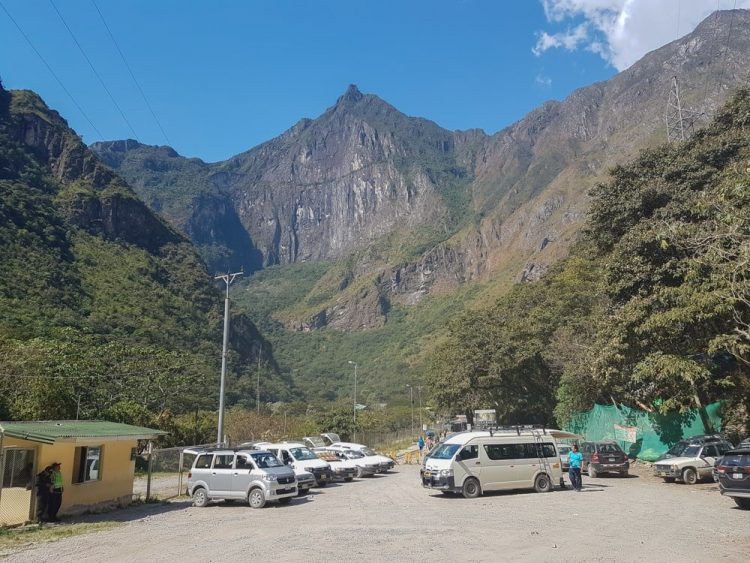 mini bus devant la montagne