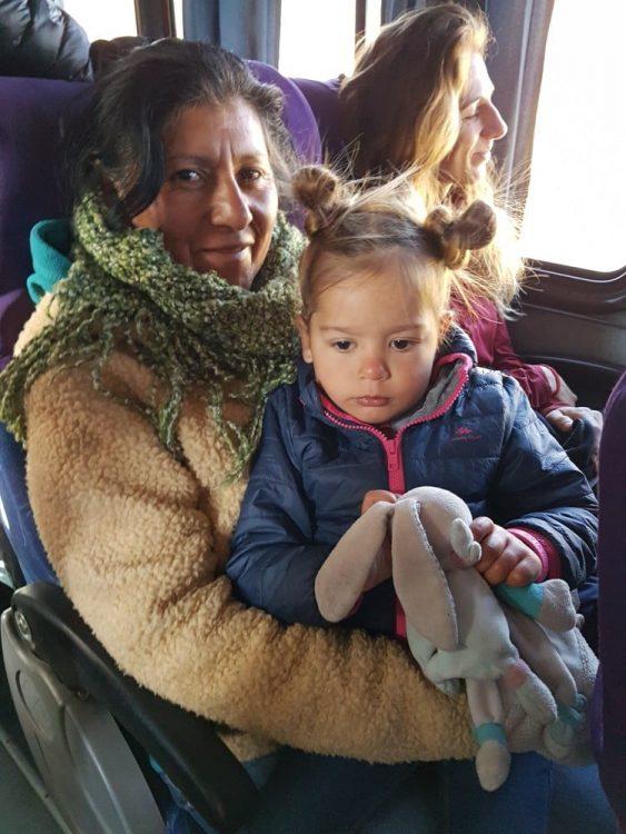 enfant dans un bus avec une péruvienne
