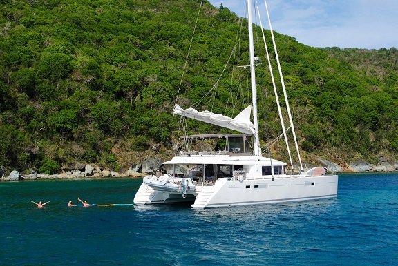 catamaran sur l'eau dans la mer des caraïbes