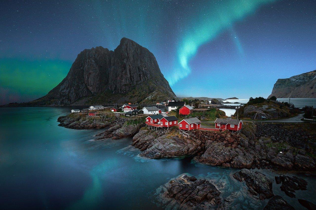 aurore boréale sur un village