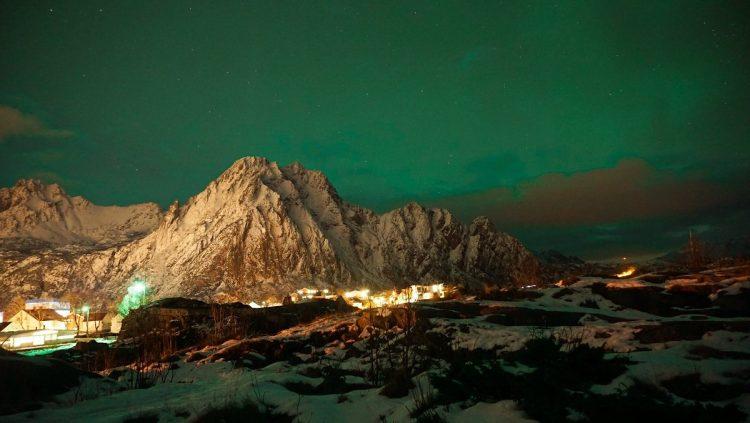 aurores boréales sur montagne enneigée