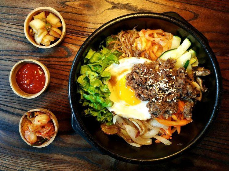 assiette de nourriture coréenne voyage en famille