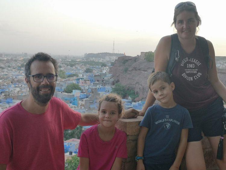 famille en inde avec des enfants