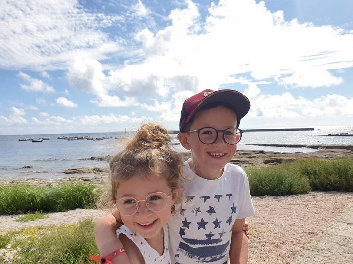 enfants sur une plage en bretagne