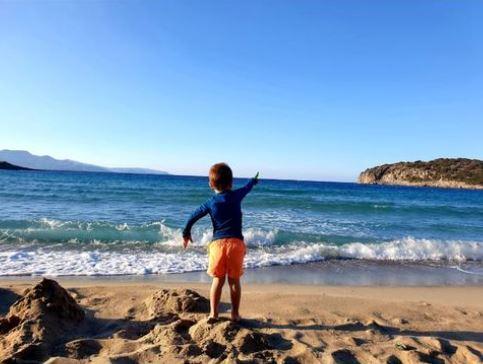 voyage maman solo crete enfant sur la plage
