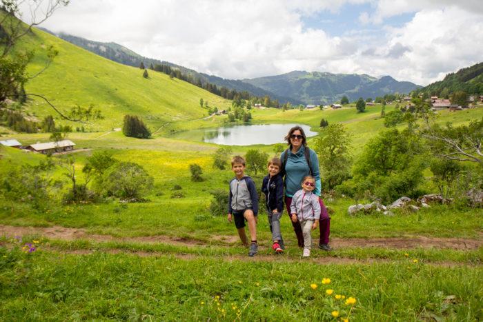 vacances en haute savoie en famille randonnée lac confins